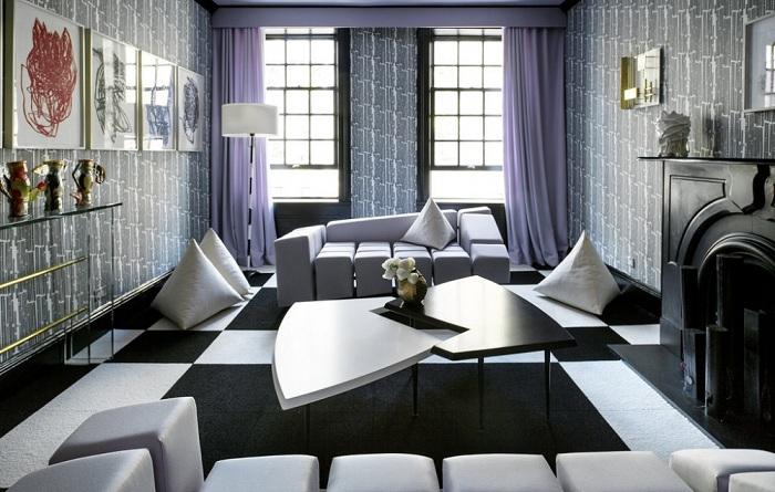 Интересное сочетание черно-белого цвета с лавандой делает интерьер современным, а необычная креативная мебель добавляют ему изюминки.