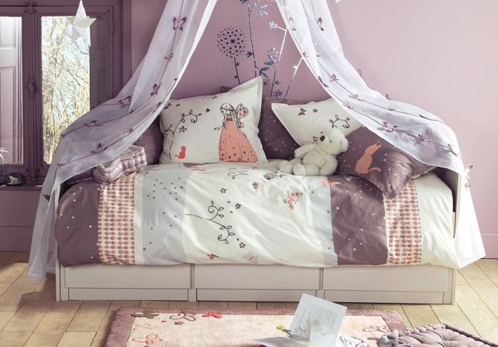 Мягкий оттенок лаванды в детской комнатке смотрится великолепно, делает ее воздушной и легкой, особенно, если он сочетается с голубым, кремовым, белым или бежевым оттенками.