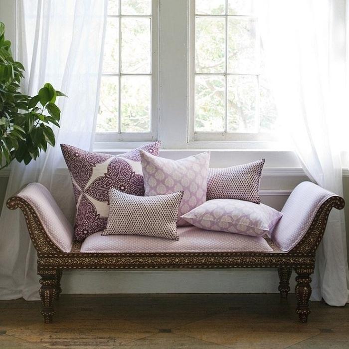 Стильный резной диванчик с обшивкой лавандового цвета и подушки с рисунком смогут украсить спальню, гостиную, а так же придать помещению изысканности и роскоши.