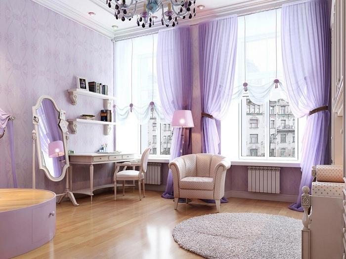 Нежная лавандовая спальня, сочетание кремовой мебели, лавандовых штор и стен делает интерьер комнаты романтичным и нежным.