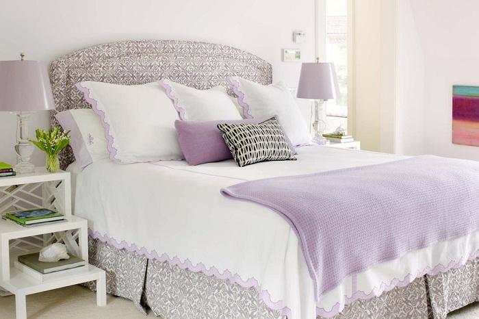 Разнообразить белую спальню можно постельным бельем цвета лаванды. Интерьер получится нежным, теплым, а в спальне будет витать дух романтики.