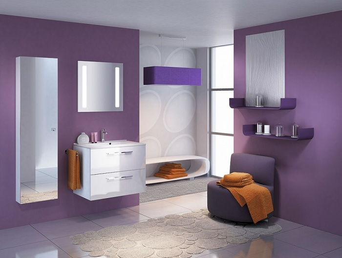 Стильный вариант мужской ванной, цвета - насыщенный фиолетовый и белый делают помещение ярким, модным и стильным.