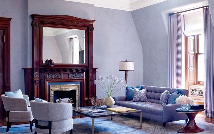 Лавандовая гостиная и большое темно-коричневое зеркало смотрятся эффектно, интерьер получается стильным и элегантным.