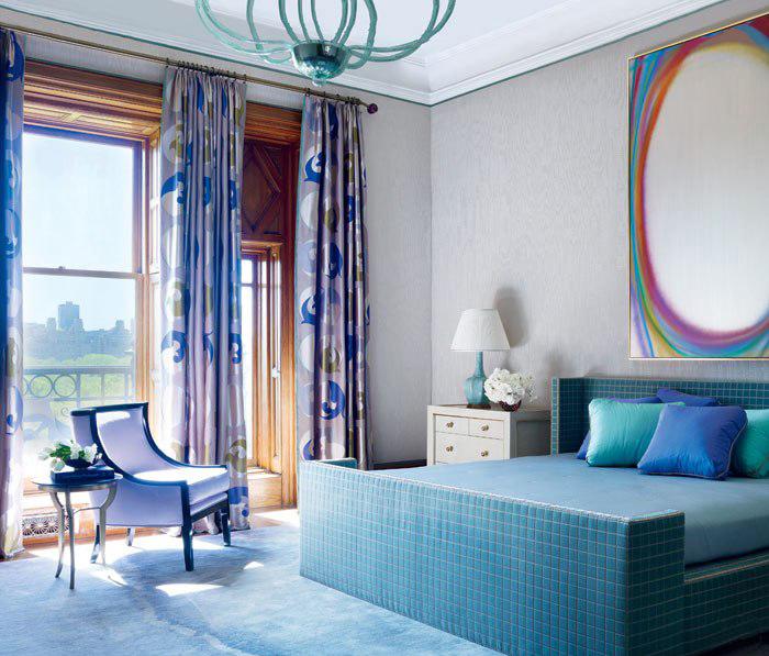 Спальня сочетает в себе цвета лаванды и светлой бирюзы, отчего выглядит просто восхитительно. Стильная большая картина и оригинальная люстра дополняют интерьер, делают его современным.