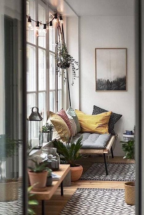 Симпатичное и простое украшение окна гирляндой из лампочек, что вдохновит на что-то новенькое.