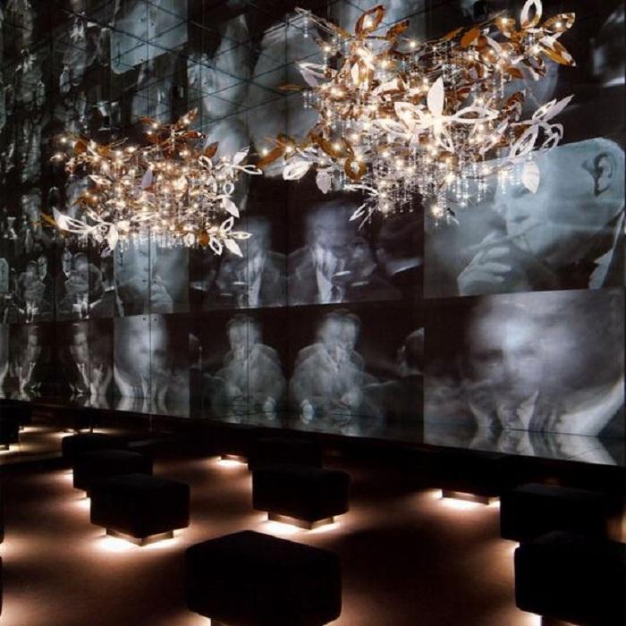 Необычный интерьер с шикарной люстрой, что станет просто невероятным решением для декора.