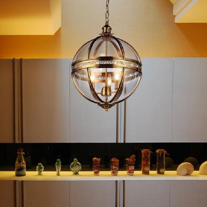Симпатичный и интересный вариант создать круглую весьма оригинальную люстру на кухне.