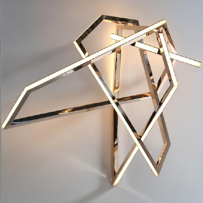 Прекрасный вариант создать угловую необычную люстру в доме.