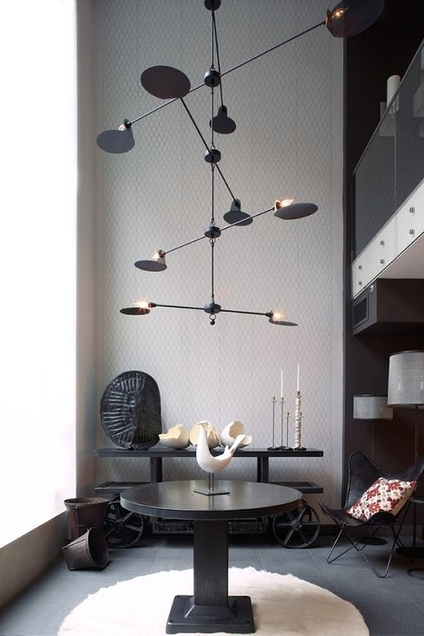 Очень стильное решение для оформления гостиной и размещения в ней такой крутой люстры.