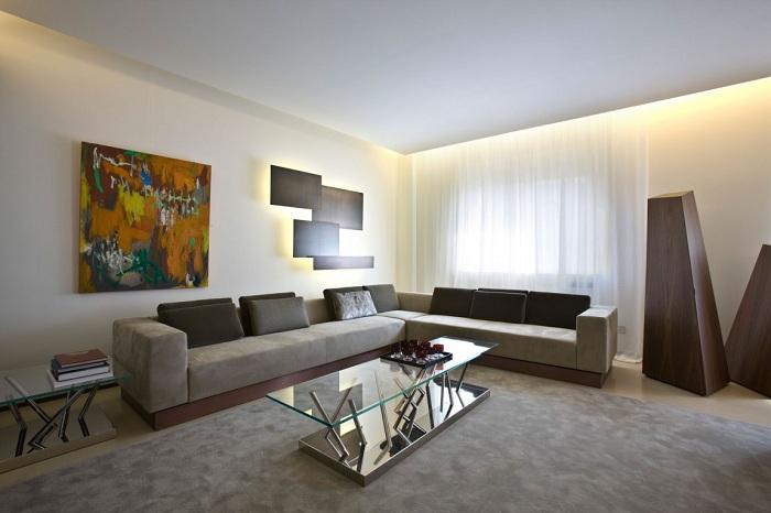 Изумительная подсветка в гостиной - хорошо подчеркивает красоту кофейно-сливочного тона, которые преобладает в интерьере.