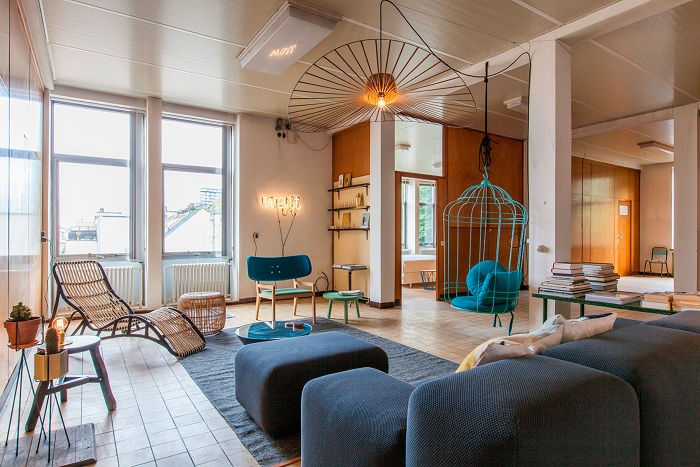 Теплое освещение в гостиной с очень интересным и красивым интерьером что определенно порадует глаз.