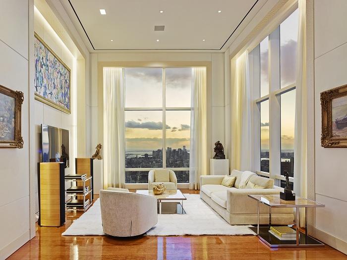 Красивый вид открывается из комнаты, оформленной в светлых тонах.