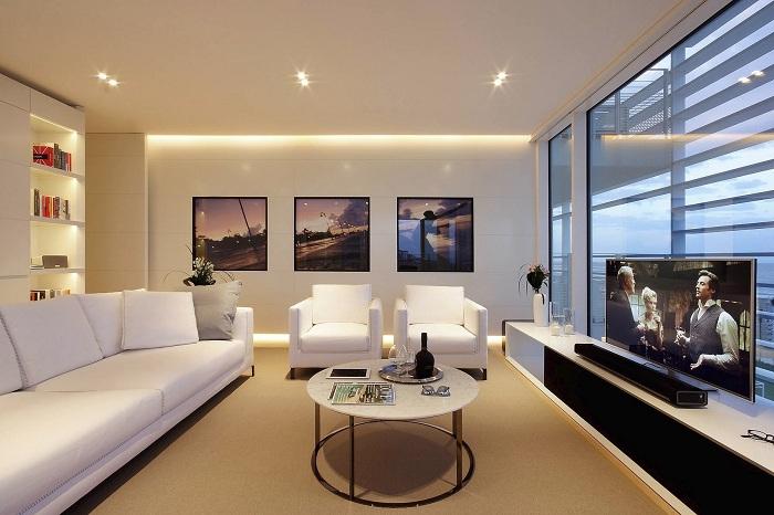 Интересный интерьер гостиной в белоснежном цвете - вызывает невероятно приятные и светлые мысли.