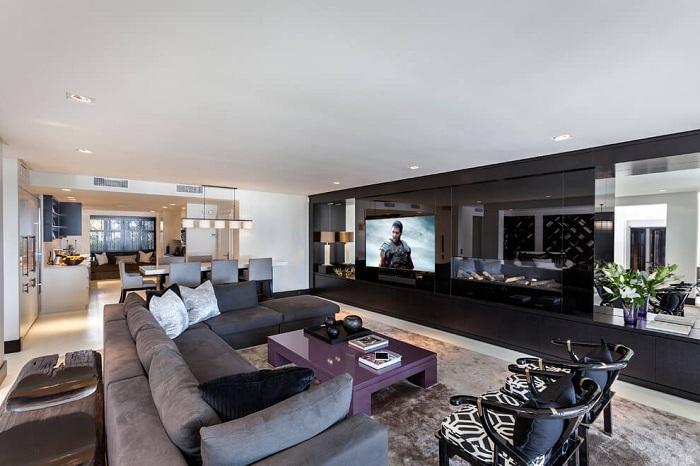 Необычный интерьер в темных тонах оптимально подчеркнет все особенности комфортной комнаты для отдыха.