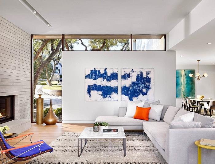 Светлая гостиная с невероятными решениями относительно её оформления, которые объективно украшают интерьер.
