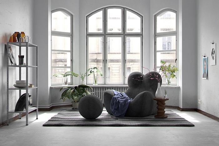 Необычный интерьер гостиной с нестандартным креслом в темном цвете и чудными элементами декора.