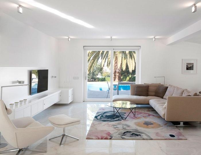 Стильное оформление гостиной милыми элементами декора, которые отлично подчеркнут особенности светлого интерьера.