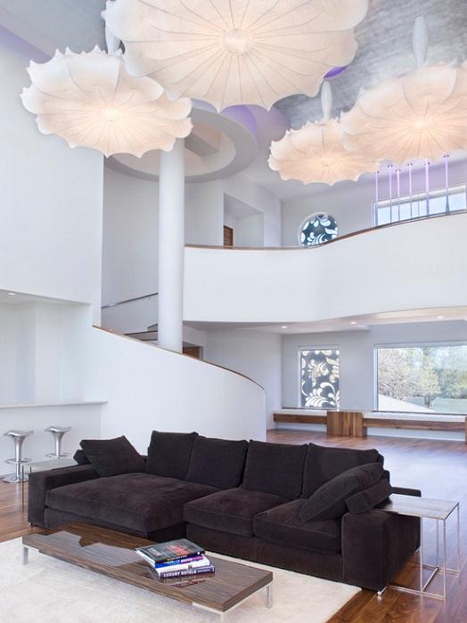 Просто невероятный интерьер гостиной создан благодаря интересной цветовой гамме в сочетании темных и светлых тонов.