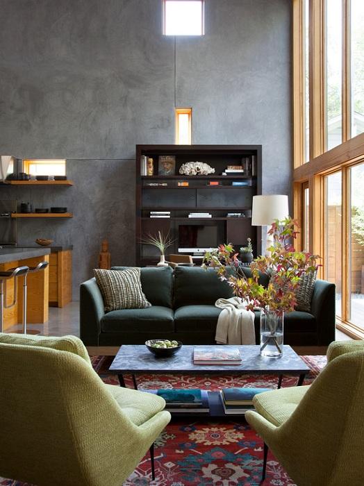 Интересный интерьер гостиной, который оформлен в темных тонах что создает интересную атмосферу.