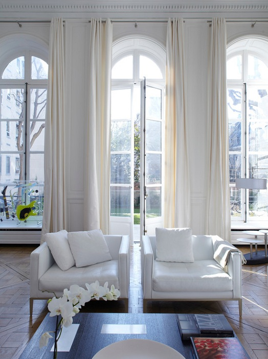 Оформление интерьера в белых тонах, создаст легкую и интересную обстановку.