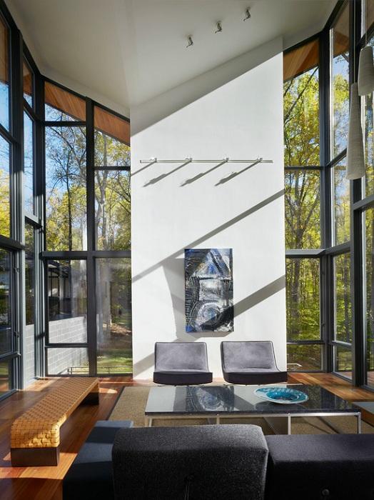 Гостиная в оригинальном исполнении с большими и светлыми окнами, которые порадуют глаз и откроют кругозор.