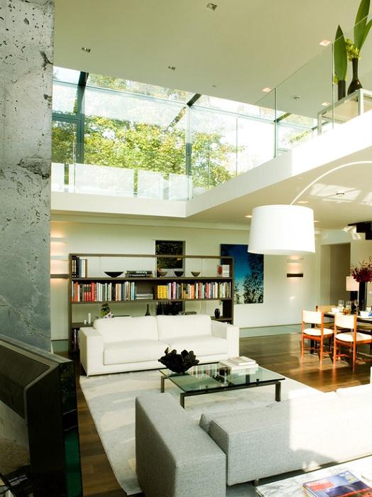Хороший вариант оформления гостиной в двухъярусном исполнении, то что точно понравится и преобразит интерьер.