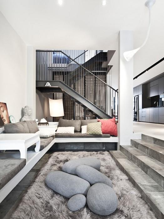 Красивый интерьер гостиной в стильном сером цвете, что позволяет создать невероятную обстановку в такого плана комнате.