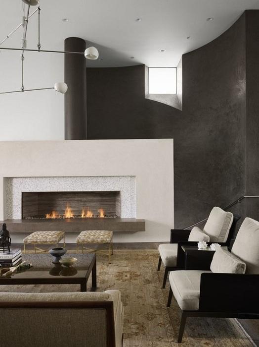 Гостиная оформлена в черно-белом цвете, что точно понравится и создаст строгую и классическую атмосферу.