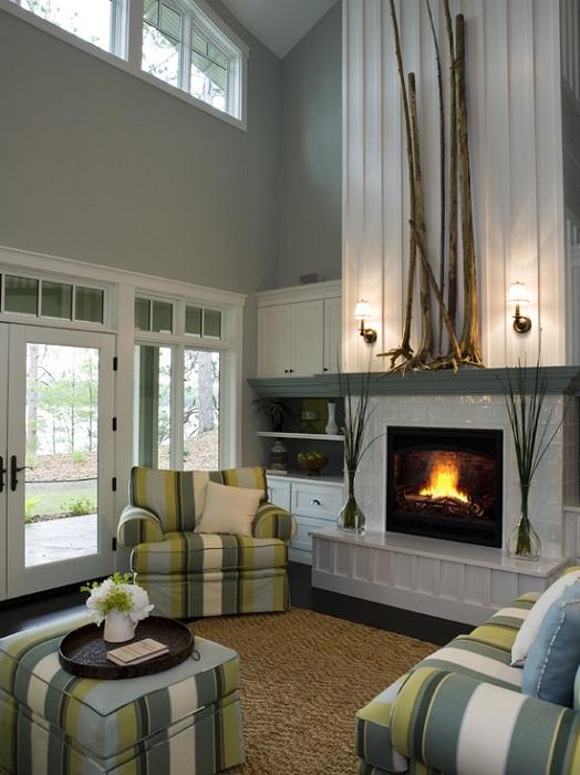 Красивый интерьер гостиной с высоким потолком, в светлых тонах, что выглядит очень утонченно и оригинально.