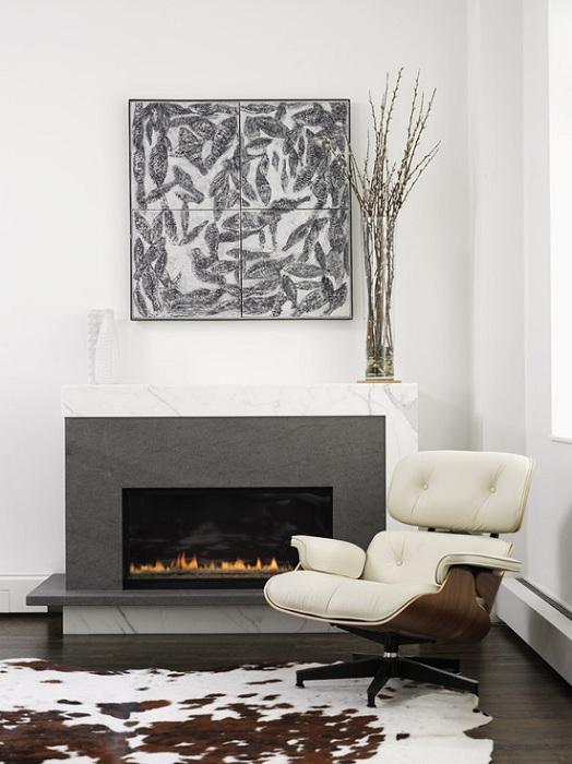 Гостиная которая оформлена в современном стиле с камином, который добавляет уютной обстановки интерьеру.