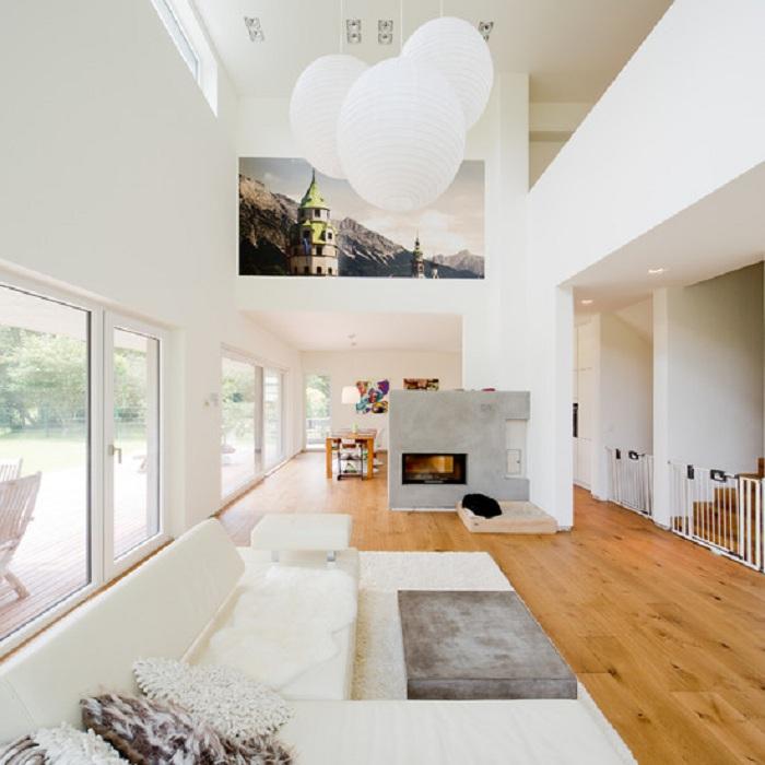 Просто невероятный интерьер гостиной в белом цвете с добавлением деревянных фрагментов, что украсят по настоящему обстановку.