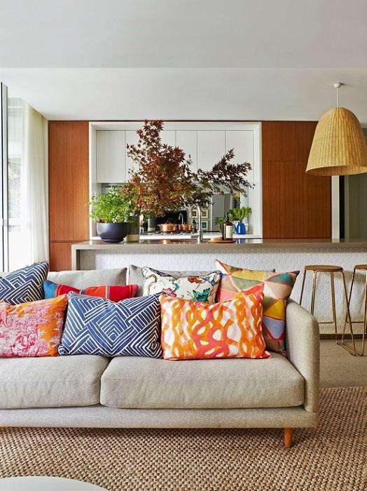 Оформление гостиной с добавлением ярких элементом в виде подушек, что создаст просто прекрасную обстановку.