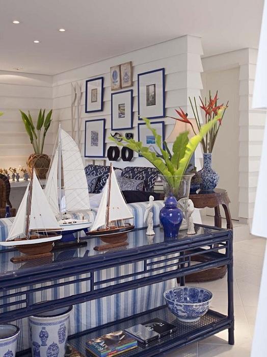 Красивый интерьер в сине-белых тонах, то что станет просто оригинальным и отличным вариантом оформления гостиной.