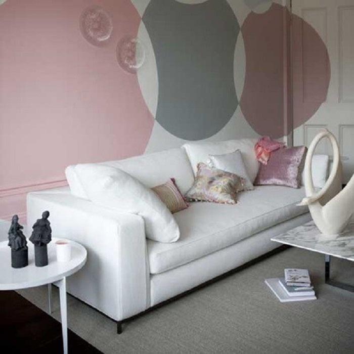 Преображение стены за счет украшения её отменными и симпатичными кругами, создаст легкую и непринужденную атмосферу.