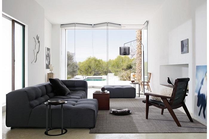 Легкая и отличная атмосфера создана благодаря просто отличному дивану в темных тонах, который расположился в гостиной.