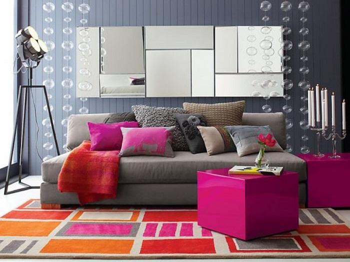 Отличное оформление гостиной при помощи дополнения её интерьера яркими фрагментами.
