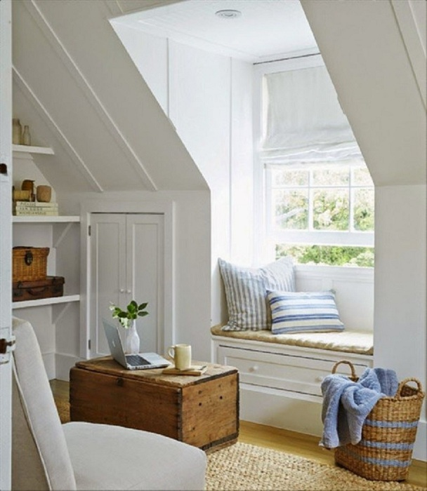 Комфортный уголок для чтения на чердаке, с прекрасным интерьером.