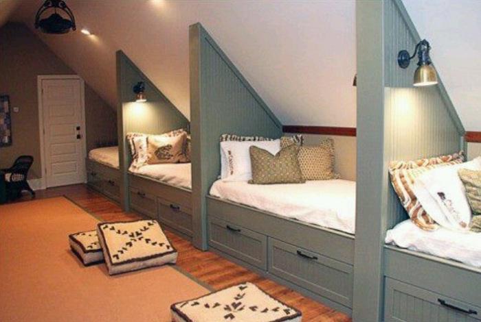 Необычное оформление спальных мест на уютном и укромном чердаке.