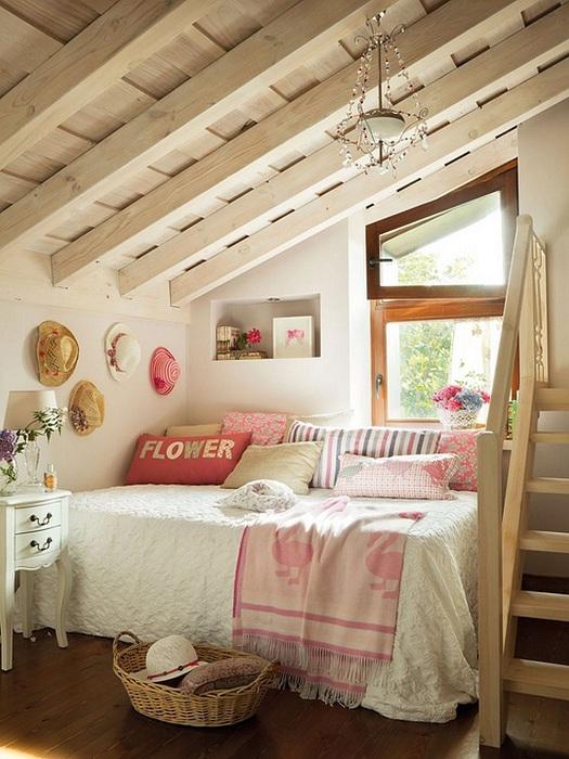 Необычная форма потолка в спальной, которая расположилась на чердаке, добавит волшебной атмосферы.