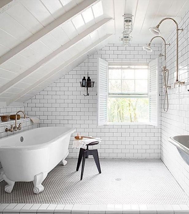 Интересное и нестандартное решение разместить ванную в мансарде.