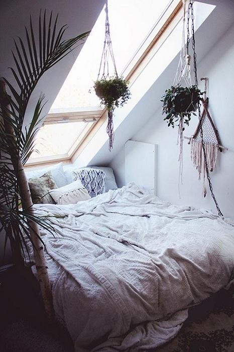 Спокойное и уютное место для сна на чердаке, очарует с первого взгляда.