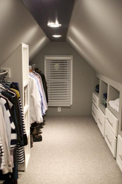 Отличная возможность сэкономить пространство в доме и разместить гардероб на чердаке.