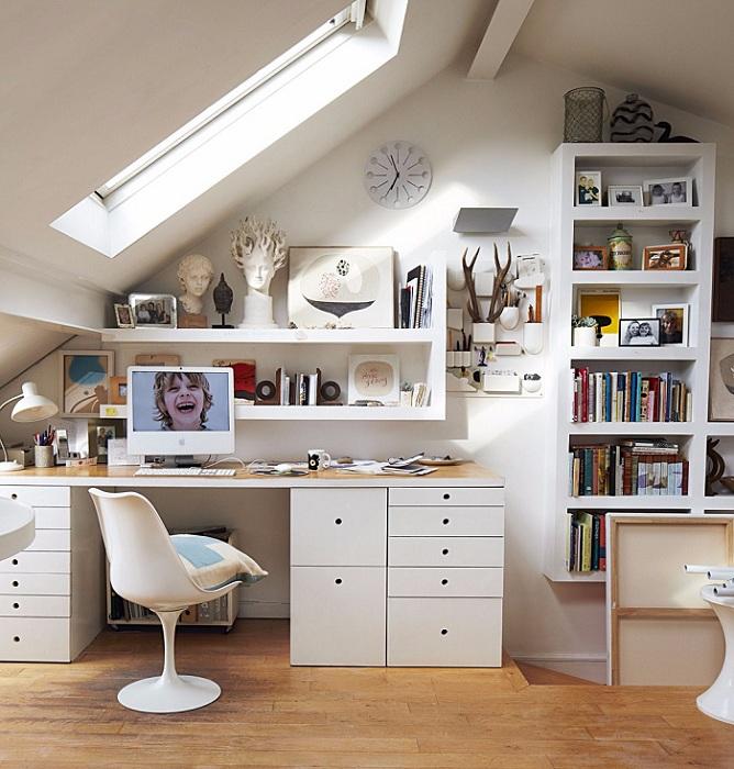 Размещение домашнего офиса в мансарде - интересное решение для оформления такого пространства и рабочей зоны в доме.
