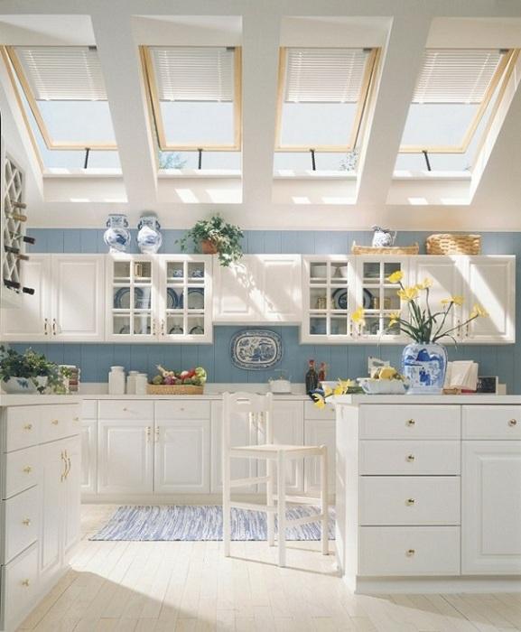 Интересное оформление кухни на чердаке, станет отличной находкой для любого дома.