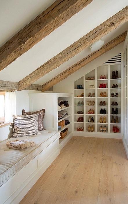 Расположение гардероба в мансарде оптимально организует пространство, которое заполнят нужные вещи и обувь.