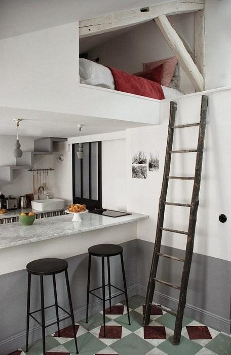 Крошечная чердачная квартира в Париже площадью всего 8 квадратных метров.