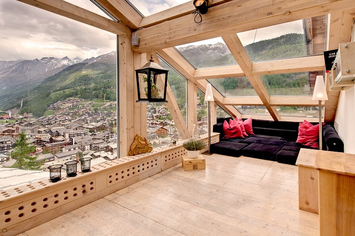 Красивая комната на чердаке с очень интересным интерьером, который порадует глаз.