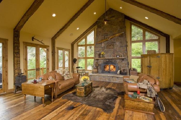 Красота гостиной подчеркнута необычной формой окон и нетипичными предметами интерьера.