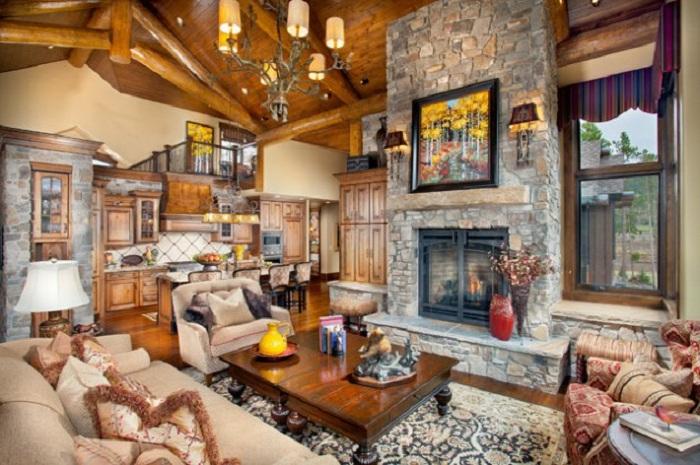 Большое количество деталей дает возможность подчеркнуть стильный встроенный камин в гостиной.