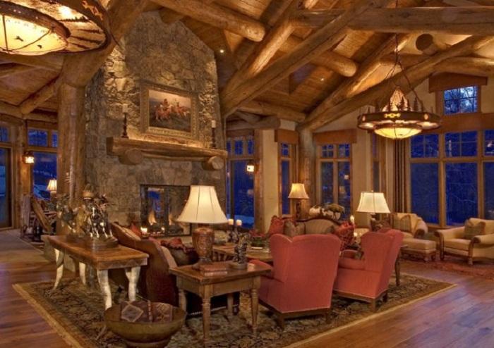 Приятная гостинная с каменным камином.
